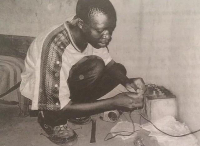 """William Kamkwamba em imagem reproduzida do livro """"O menino que descobriu o vento"""" (Ed. Objetiva). — Foto: Reprodução/""""O menino que descobriu o vento"""""""