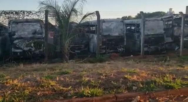 Vândalos incendiaram 14 ônibus no pátio de empresa de transporte coletivo em Olímpia  (Foto: Arquivo pessoal)