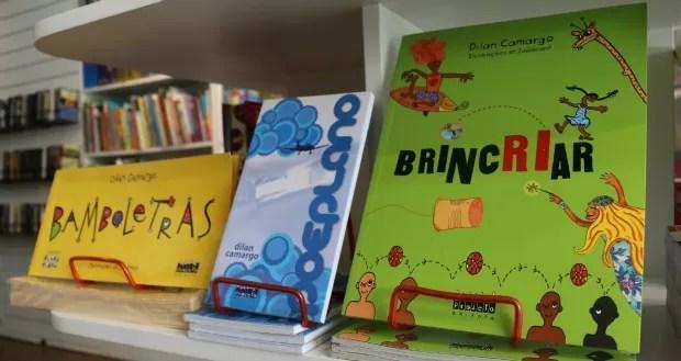 Biografia de Dilan Camargo tem, em maioria, livros para o público infantil (Foto: Rafaella Fraga/G1)