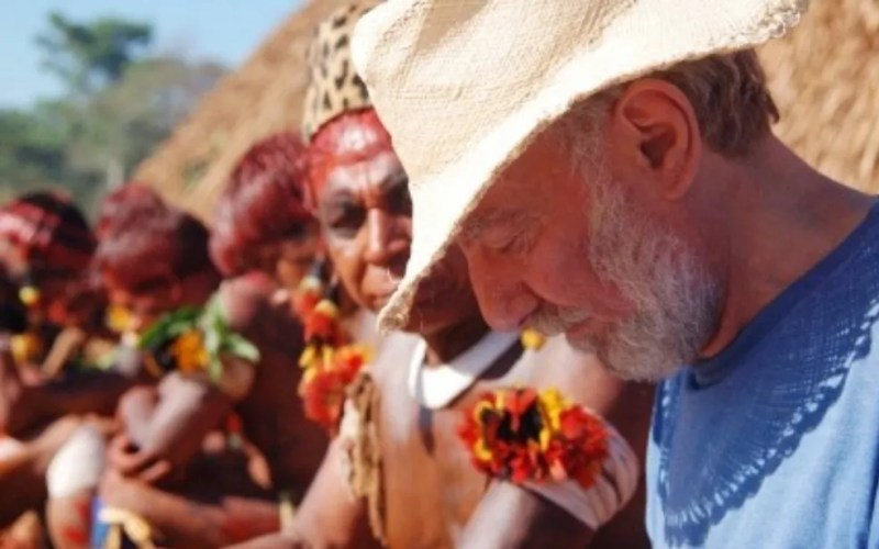 Washington Novaes e indígenas — Foto: Reprodução/TV Anhanguera
