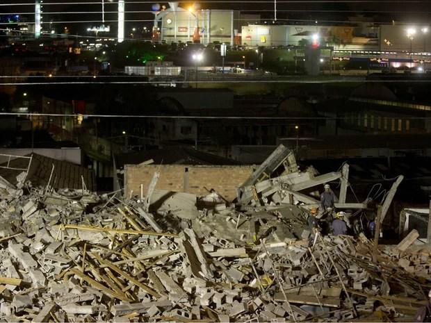 Bombeiros trabalham em prédio em obras que desabou em Guarulhos, na Grande São Paulo. (Foto: Andre Penner/AP)
