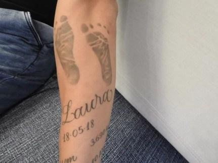 Lucão fez uma tatuagem com o nome, os pés e a data de nascimento da filha Laura — Foto: Marcelo Hazan