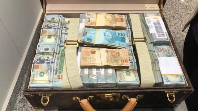 Mala com dólares e reais apreendida com a delegação da Guiné Equatorial — Foto: Divulgação