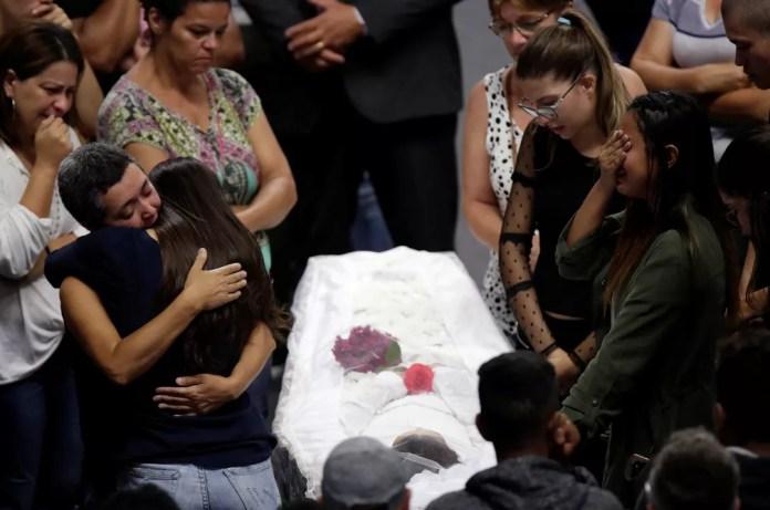 Parentes velam a inspetora Eliana Regina de Oliveira Xavier em Suzano nesta quinta-feira (14) — Foto: Ueslei Marcelino/Reuters