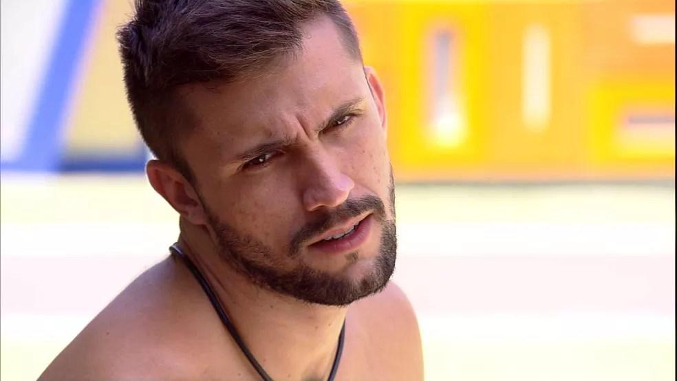 Arthur sobre sua relação com sister no BBB21: 'Porque que eu vou ficar sendo fofinho com ela?'