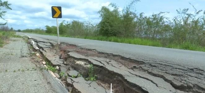 Buracos causam prejuízos e atraso na viagem dos motoristas  — Foto: Reprodução/ TV Mirante