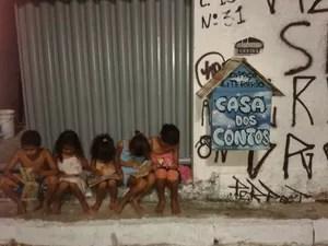 Crianças leem os livros do projeto Casa dos Contos (Foto: Marcos Cristiano/Acervo pessoal)