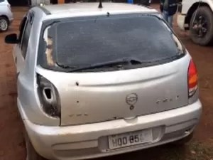 Celta estava com quatro suspeitos quando foi cercado pela Polícia Militar em Paulínia (Foto: Johnny Inselsperger / EPTV)