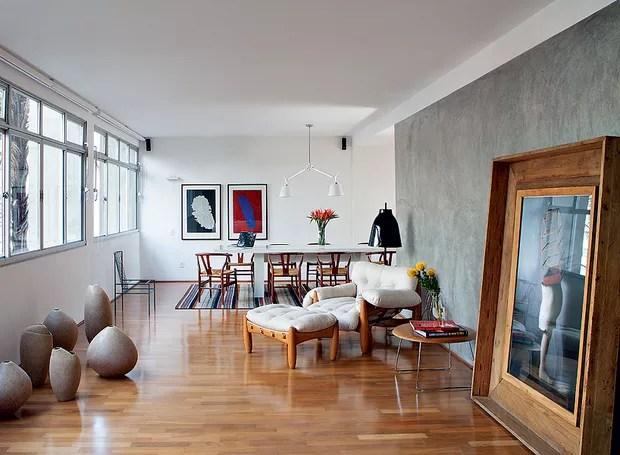 Algumas paredes ganharam revestimento de cimento queimado, na reforma do escritório Arqdonini. O resultado ficou contemporâneo e acolhedor (Foto: Lufe Gomes/Casa e Jardim)
