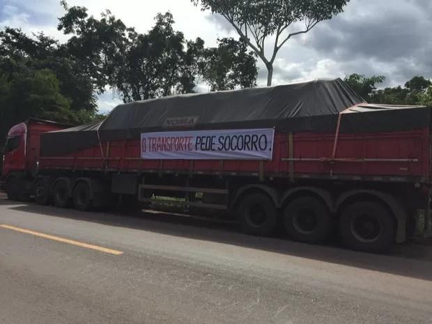 Caminhoneiros usaram faixas nos veículos durante protesto no Tocantins (Foto: Divulgação/Maurício Fenelon)