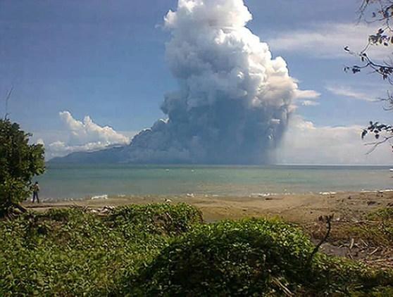 Imagem de celular mostra a erupção do vulcão do Monte Rokatenda neste sábado (10) na pequena ilha de Palue, na Indonésia (Foto: AFP)