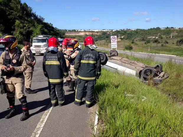 Motorista disse que capotou na BR-230, na Paraíba, depois de ter sido trancado por caminhão (Foto: Walter Paparazzo/G1)