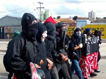 Mascarados participam das manifestações de junho em Belo Horizonte (Foto: Sara Antunes / G1)
