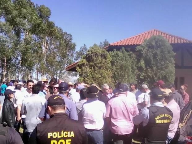 Fazendeiros e autoridades políticas se reuniram para debater conflito neste sábado, em Antônio João  (Foto: Leo Veras)
