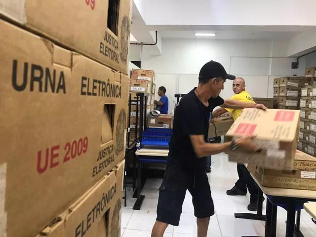 Transporte das urnas eleitorais começou na manhã desta sexta-feira (5), em São Vicente — Foto: Carlos Abelha/G1