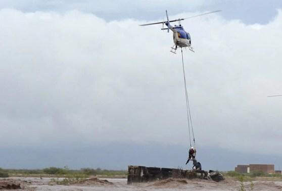 Pessoas são resgatadas de helicóptero em inundação em Chihuahua, no México (Foto: AP)