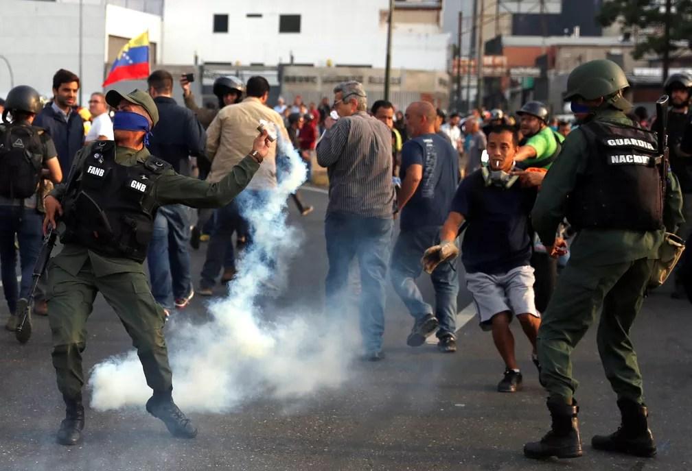 Militar usa gás lacrimogêneo em base aérea em Caracas, na Venezuela — Foto: Carlos Garcia Rawlins/Reuters