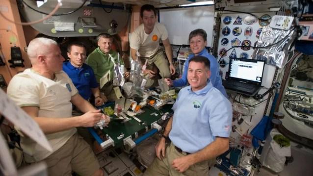 Astronautas fazem refeição durante expedição: Mudanças específicas na dieta têm efeito positivo na saúde óssea — Foto: NASA
