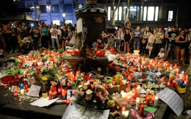 Flores e velas lembram vítimas do ataque de Barcelona (Foto: Josep Lago/AFP)