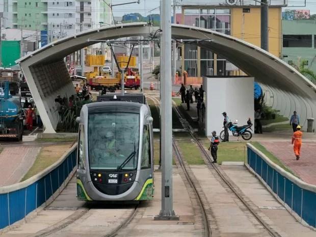 Ao custo de mais de R$ 1,47 bilhão, VLT de Cuiabá não tem prazo definido para ser entregue e transtornos à população já provocaram ação contra o governador e as empresas responsáveis. (Foto: Edson Rodrigues / Secopa)