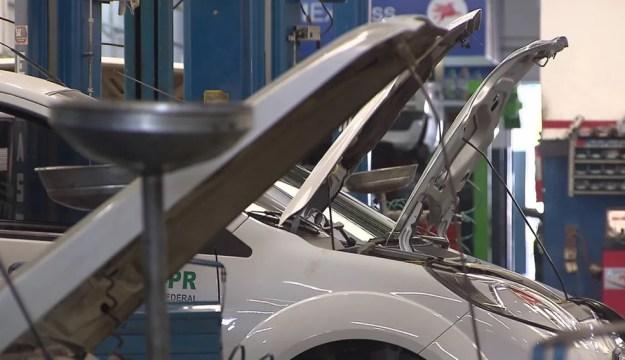 De acordo com a polícia, carros do governo ficaram parados em oficinas por falta de pagamento por parte da JMK pelo serviços — Foto: Reprodução/RPC