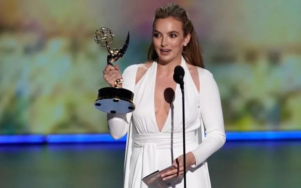 Jodie Comer, de 'Killing Eve', agradece o prêmio de melhor atriz em uma série de drama, no 71º Emmy no Microsoft Theatre, em Los Angeles, no domingo (22) — Foto: Reuters/Mike Blake