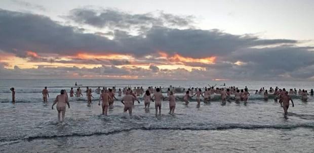 Mais de 200 banhistas nus enfrentaram o frio com o objetivo de quebrar o recordce mundial. (Foto: Lindsey Parnaby/AFP)