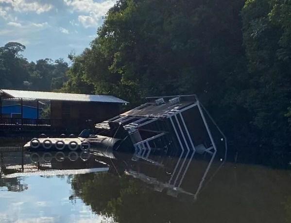 Flutuante afundou parcialmente no rio Candeias em RO — Foto: Reprodução/Redes Sociais