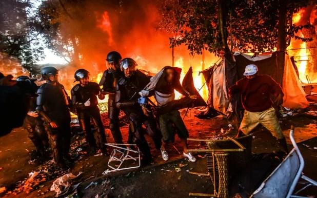 Policiais militares retiram usuários de drogas da Praça Princesa Isabel, na Cracolândia (Foto: Leonardo Benassatto/Framephoto/Estadão Conteúdo)