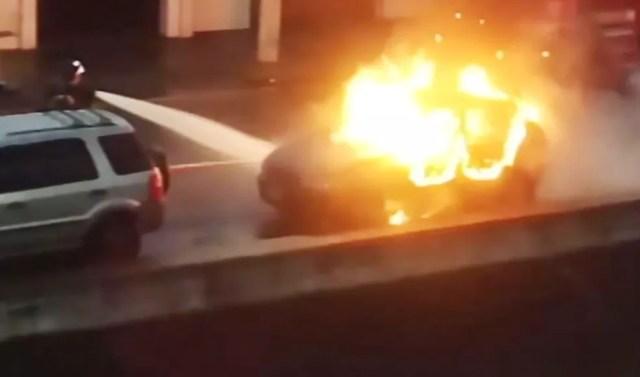 Bombeiros tentaram controlar incêndio em carro em Santos, SP (Foto: Reprodução)
