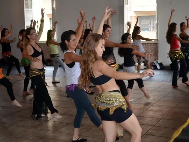 Alunas participam de workshop de dança do ventre em Varginha. (Foto: Tiago Campos / G1)