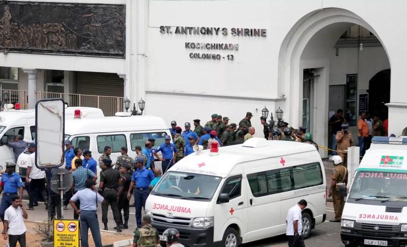 Equipes de segurança e resgate na frente de igreja em Colombo, na capital do Sri Lanka — Foto: Dinuka Liyanawatte/Reuters