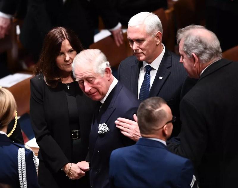 Príncipe Charles da Inglaterra chega a funeral do ex-presidente George H. W. Bush em Washington e cumprimenta Karen Pence, vice-primeira-dama, e Mike Pence, vice-presidente americano — Foto: Brendan Smialowski / AFP