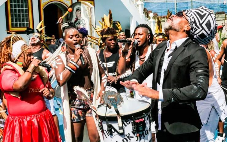 Durante cerimônia, Brown tocou percussão com banda Eletroctimba (Foto: Gabriel Demétrio/Kianda Filmes)
