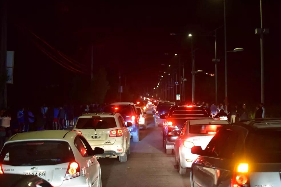 Carros deixam cidade de Coquimbo após terremoto no Chile — Foto: Alejandro Pizarro/Reuters
