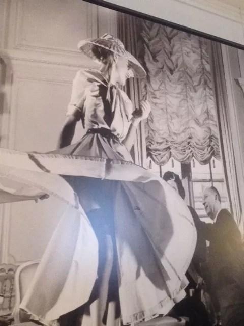 O mestre está presente: fotos do estilista decoram a Maison Dior em Paris.