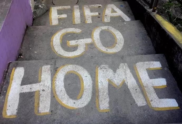 Mensagem contra a Copa no Morro Dona MArta (Foto: Alexandre Alliatti)