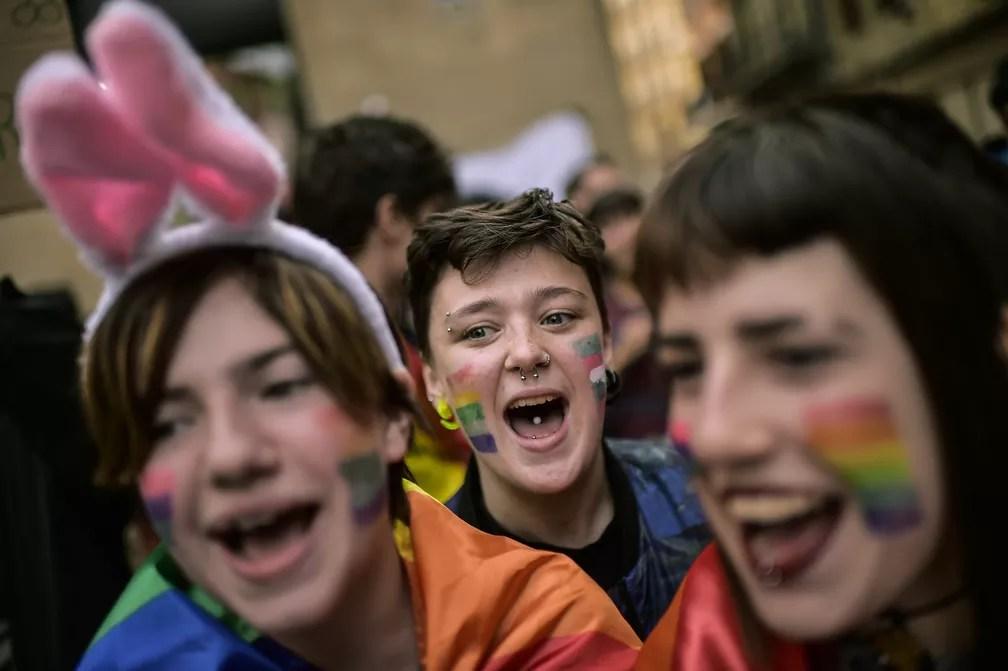 Pessoas protestam em apoio a transexuais que lutam por seus direitos durante uma manifestação para marcar o Dia Internacional contra Homofobia, Transfobia e Bifobia, em Pamplona, na Espanha (Foto: Alvaro Barrientos/AP)