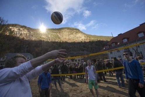Jovens praticam vôlei durante a abertura oficial dos espelhos gigantes em Rjukan, Noruega (Foto: Terje Bendiksby/NTB Scanpix/Reuters)