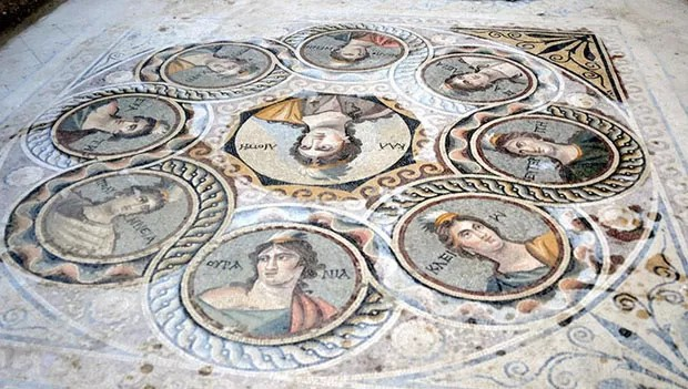 Personagens da mitologia grega decoravam pisos das casas luxuosas (Foto: Zeugma Archaeology Project/Divul)