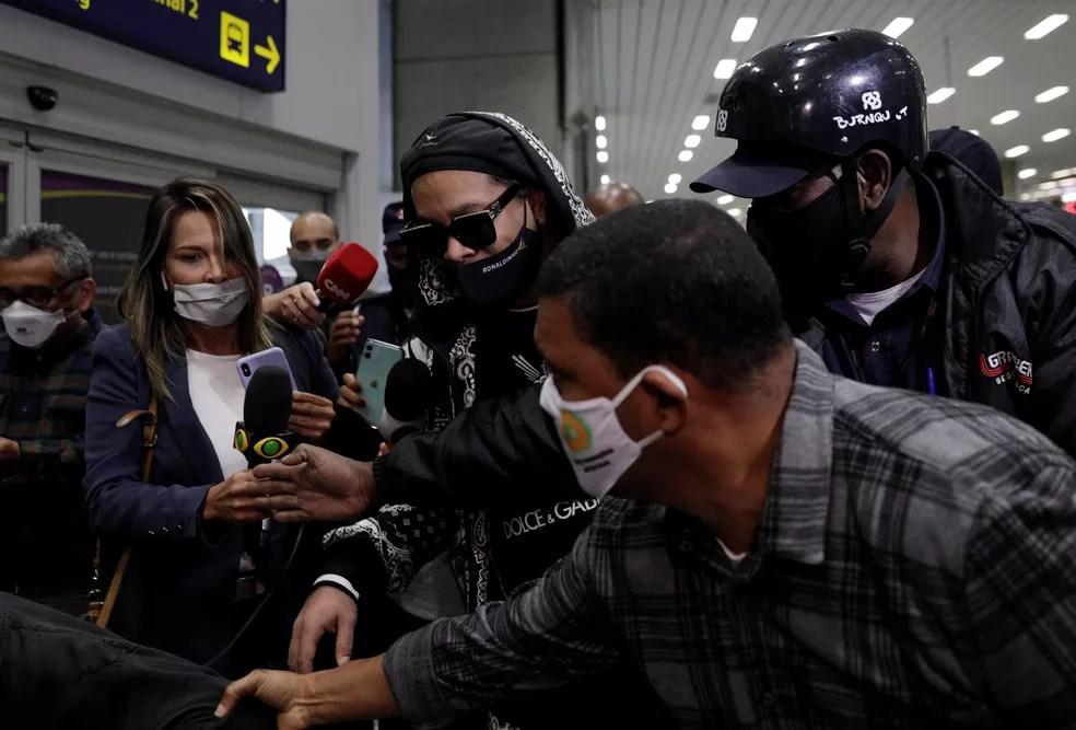Ronaldinho, no desembarque no Rio de Janeiro nesta terça-feira — Foto: Ricardo Moraes/Reuters
