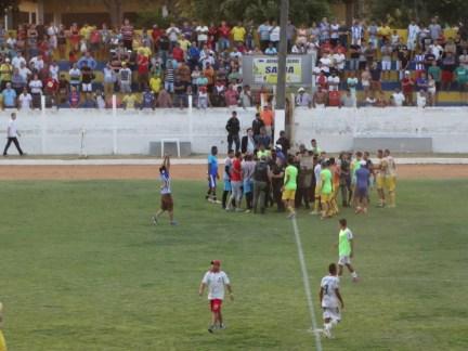 Semifinal no Artur Tavares foi marcada por confusão — Foto: Mavian Barbosa / GloboEsporte.com