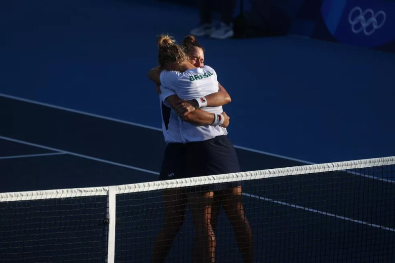 Brasileiras comemoram medalha inédita no tênis — Foto: REUTERS/Yara Nardi