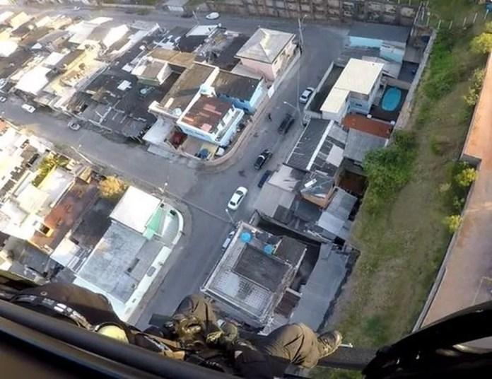 Helicóptero da Polícia Civil é usado na operação (Foto: Polícia Civil/Divulgação)