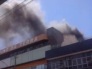 Incêndio atingiu o terraço do centro comercial (Foto: Luciana Rosa/ Internauta)