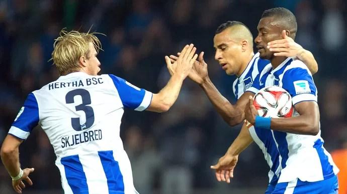 Kalou comemora gol do Hertha Berlin contra o Stuttgart (Foto: Agência EFE)
