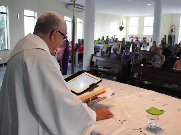 Padre celebra missa eucarística com Ipad (Foto: Jonathan  Lins/G1)