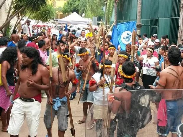 Indígenas protestam em Brasília contra a Proposta de Emenda à Constituição (PEC) 55 (antiga PEC 241), que estabelece um teto para os gastos públicos nos próximos 20 anos (Foto: Polícia Militar/Divulgação)
