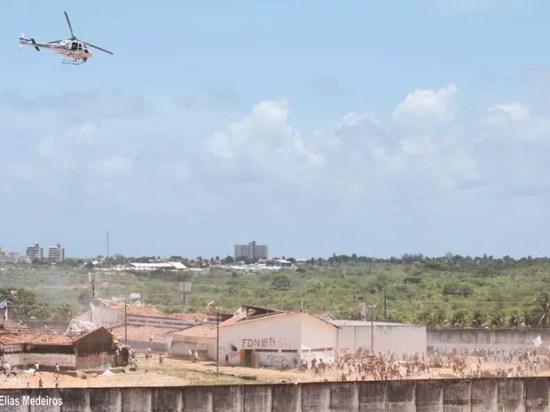"""Cenário de guerra toma conta da Penitenciária Estadual de Alcaçuz. """"Está todo mundo armado"""", afirma a PM (Foto: Elias Jornalista)"""
