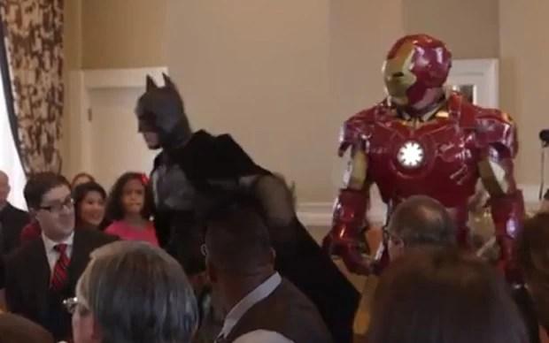 Além de ninjas e 'funcionários' do hotel, Batman e Homem de Ferro também apareceram durante o casamento (Foto: Reprodução/YouTube/Artix Entertainment)